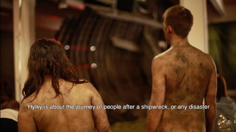 kaksi näyttelijää ilman vaatteita selin