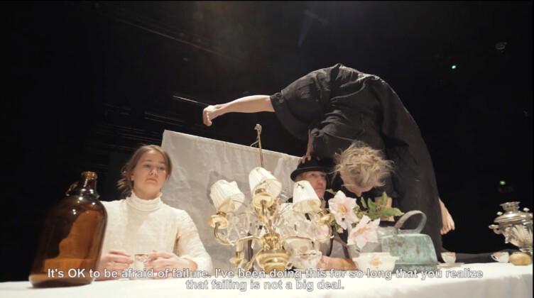 akrobaatti seisoo käsillään